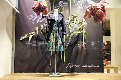 服装橱窗陈列手绘