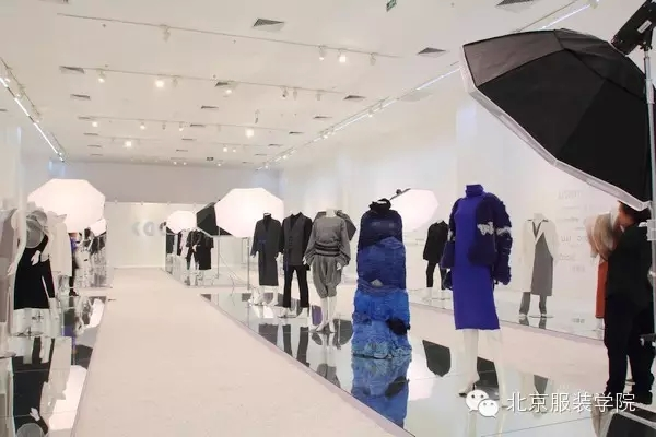 10月17日上午9:30,北京服装学院第十一届科学艺术时尚节暨国际青年设计师邀请展在创新园1号秀场隆重开幕。此次科学艺术时尚 节以文化新生美美与共为主题,精彩纷呈的活动将持续九天。各上级单位领导,学术界、教育界、企业界的嘉宾,以及我校全体校领导,人民日报、北京日报、光明日报、新华社、北京电视台、北京青年报、北京晚报等40余家媒体出席开幕式,共同见证科学、艺术、时尚相融合的创新成果,享受多元文化相融共生的视觉盛宴。       开幕式上,首先播放了由党委宣传部制作的历届科学艺术