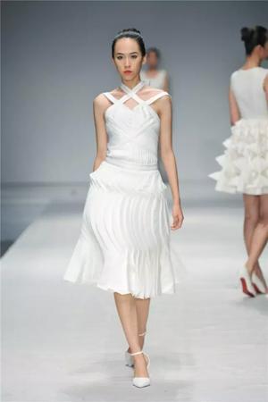 服装设计专业本科毕业生王东的作品《阑》,李佳琦的作品《自我觉醒