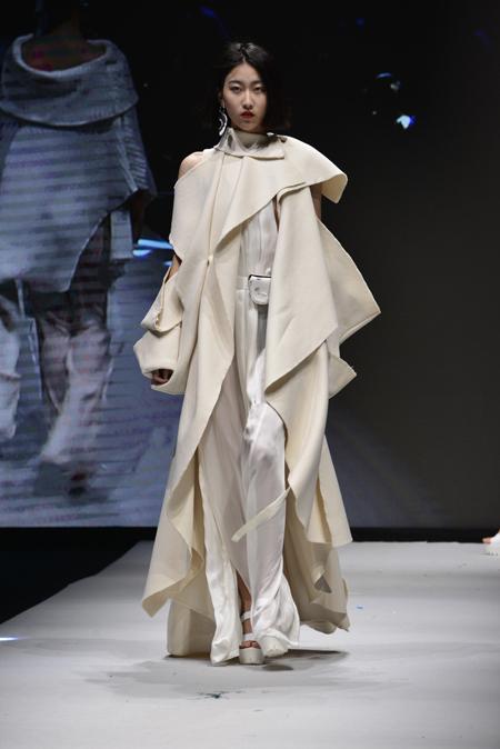 江西服装学院的杨景瑶以及安徽农业大学汪吾山;获得立裁设计金奖的是
